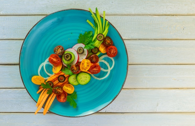 Salade fraîche de tomates de concombres et de carottes