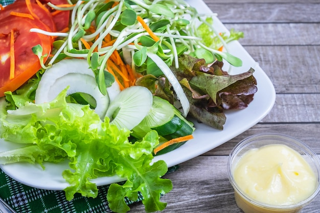 Salade fraîche et vinaigrette pour la santé sur une table en bois