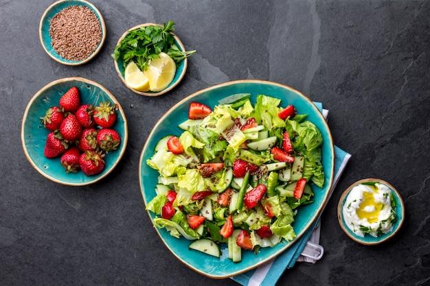 Salade de fraise salade saine avec des graines de lin