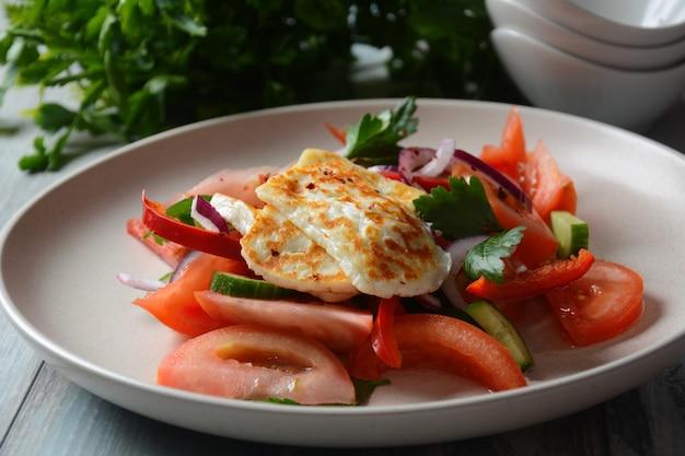 Salade de fromage halloumi grillé avec tomates concombres poivron rouge oignon rouge