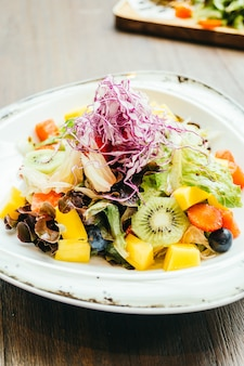 Salade de fruits aux légumes en assiette