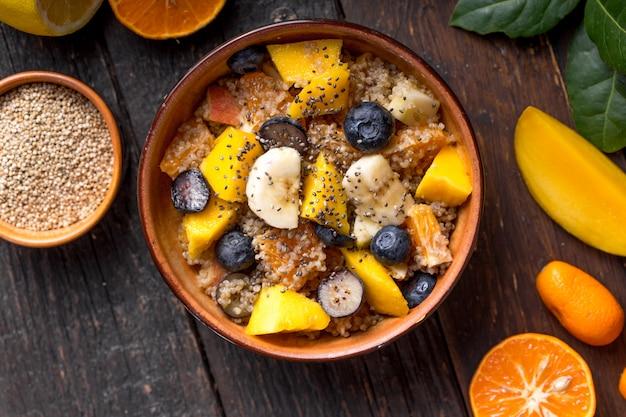 Salade de fruits bio au quinoa frais dans un bol