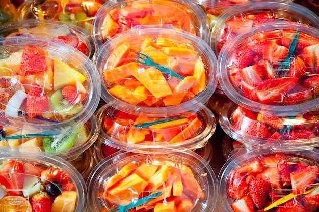 Salade de fruits colorés dans des verres transparents
