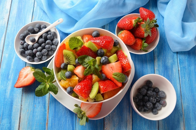 Salade de fruits d'été aux oranges, fraises, myrtilles, kiwi et menthe fraîche