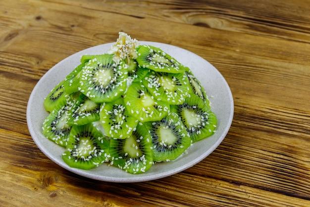 Salade de fruits en forme d'arbre de noël sur table en bois. idée créative pour les desserts festifs de noël et du nouvel an. idée de nourriture amusante pour les enfants