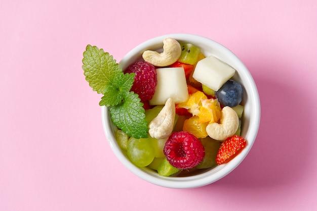 Salade de fruits frais sur bol blanc