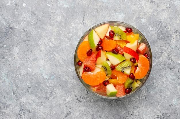 Salade de fruits frais dans le bol avec des fruits frais.