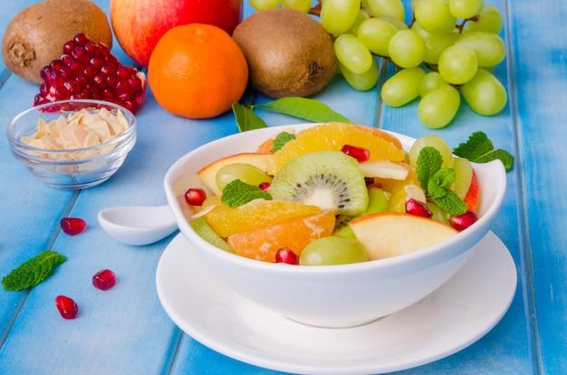 Salade de fruits frais dans un bol. plat sain.