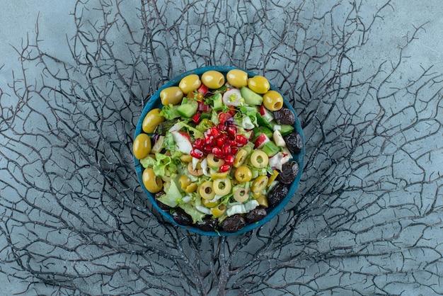 Salade de fruits et légumes hachés sur un plateau.