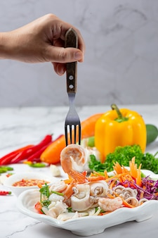 Salade de fruits de mer frais, plats épicés et thaïlandais.