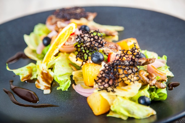 Salade de fruits et poulet dans une sauce épicée