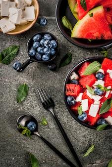 Salade de fruits rafraîchissante dans des bols
