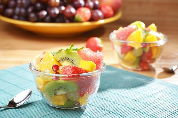 Salade de fruits sains dans le bol en verre