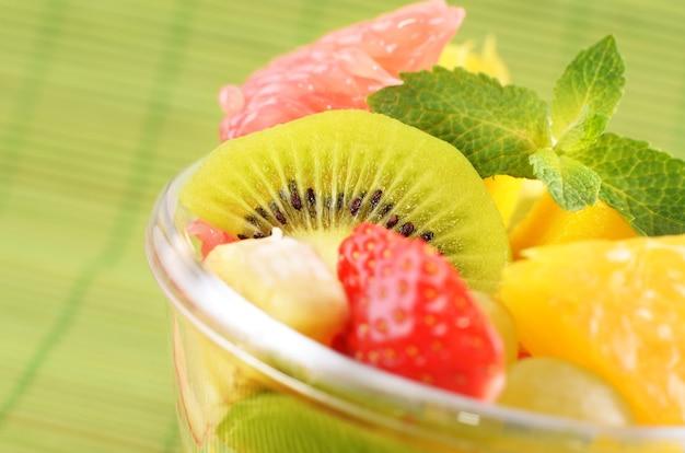 Salade de fruits sains sur fond vert