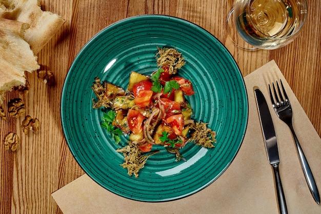 Salade géorgienne d'aubergines au four avec tomates oignons et légumes verts