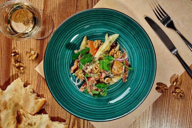 Salade géorgienne de légumes et de verdure avec vinaigrette crémeuse aux noix