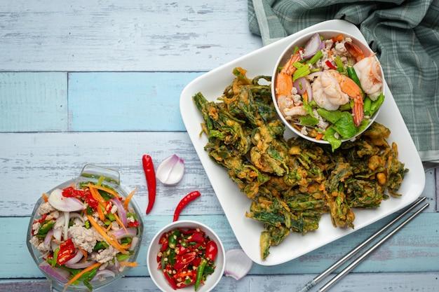 Salade de gloire du matin croustillante épicée aux crevettes, crevettes fraîches épicées, cuisine thaïlandaise.