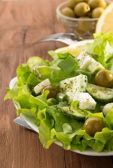 Salade grecque en assiette