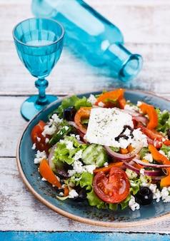Salade grecque aux légumes d'été, fromage feta.