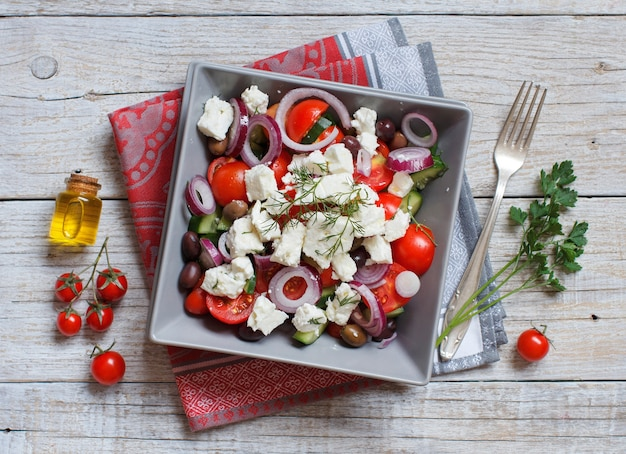 Salade grecque aux tomates, fromage feta, concombres, oignons et olives