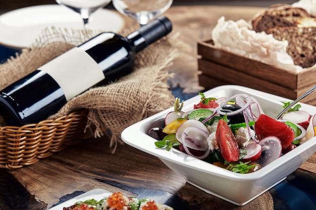 Salade grecque classique. banquet de plats de fête. carte du restaurant gastronomique. fond blanc.