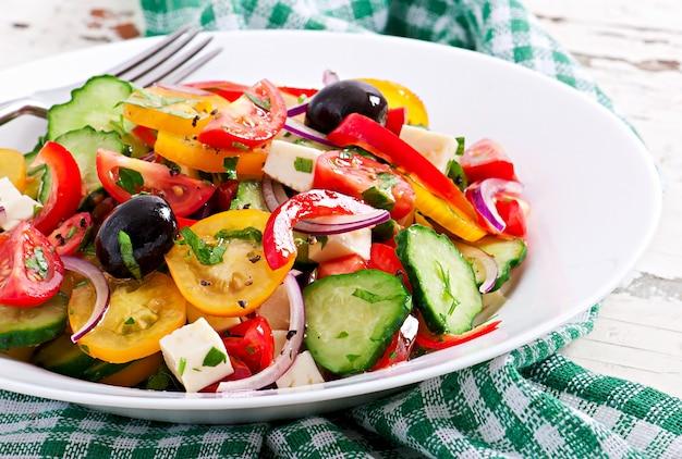 Salade grecque à la feta, tomates cerises et olives noires