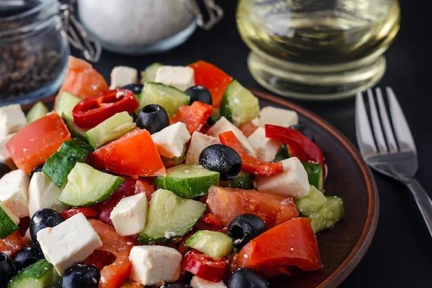 Salade grecque sur un fond sombre