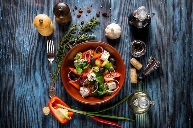 Salade grecque fraîche avec des légumes, du fromage feta et des olives