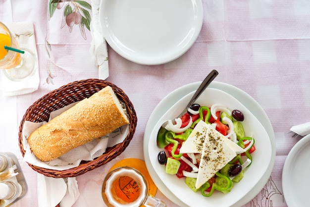 Salade grecque avec des légumes frais, du fromage feta et des olives noires