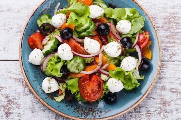 Salade grecque, mini mozzarella en forme de bol