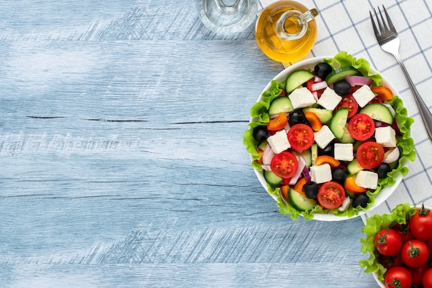 Salade grecque ou salade horiatiki à base de morceaux de tomates, concombres, oignons, feta, tranches de poivrons, olives et assaisonnée d'huile d'olive. concept d'alimentation saine, petit-déjeuner ou déjeuner végétarien.