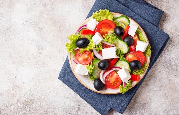 Salade grecque traditionnelle avec feta, olives et légumes