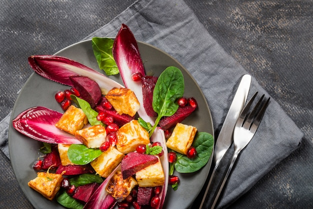 Salade de grenade, betterave rouge, chicorée rouge, épinards, menthe et halloumi