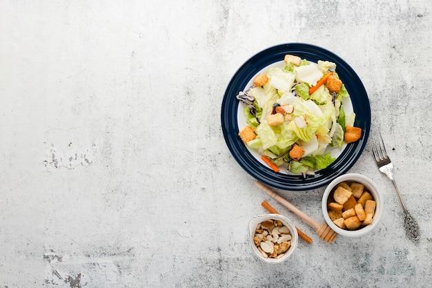 Salade hachée vue de dessus avec fond