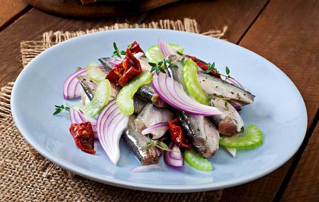 Salade de hareng aux tomates séchées au soleil, céleri et oignon rouge