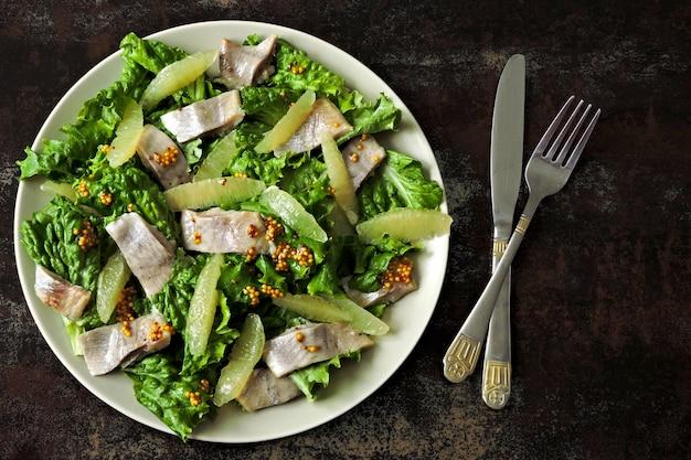 Salade de hareng et filet de citron. régime paléo, régime céto et diète pegan.