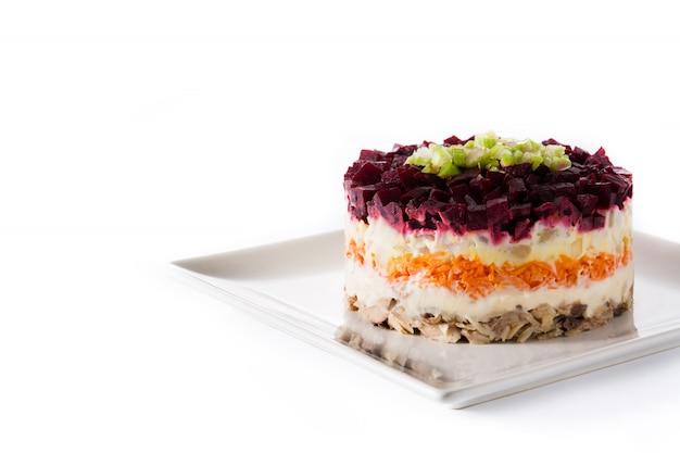 Salade de hareng russe traditionnelle avec betteraves et carottes
