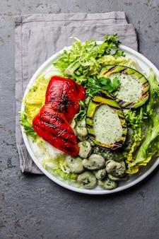 Salade de haricots laitue végétarienne avec avocat et poivrons grillés.