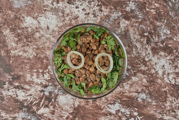 Salade de haricots verts aux lentilles aux herbes.