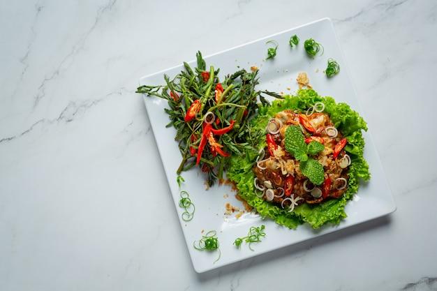 Salade d'huîtres fraîches épicées de cuisine thaïlandaise