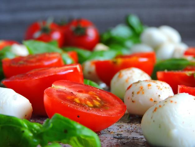Salade italienne caprese sur fond gris
