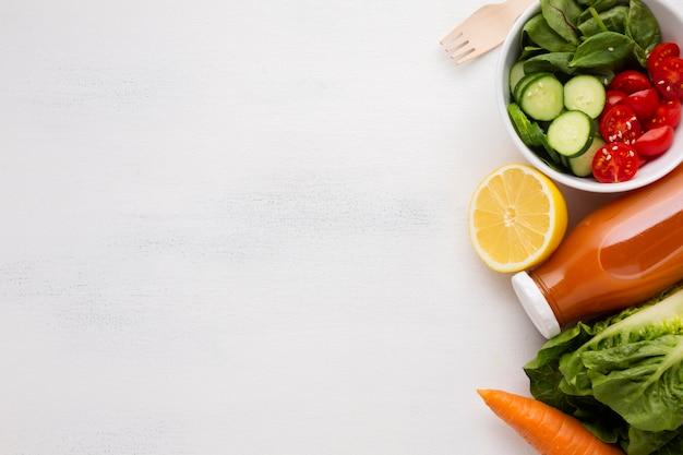 Salade et jus avec espace de copie