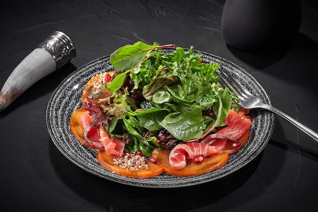 Salade de kakis verts et saumon salé à la grenade et aux noix