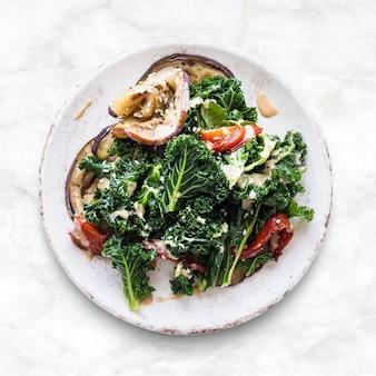 Salade keto aux aubergines rôties et au chou frisé