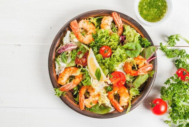 Salade de laitue aux crevettes grillées