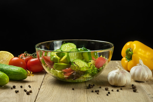 Salade de laitue avocat tomates et concombre