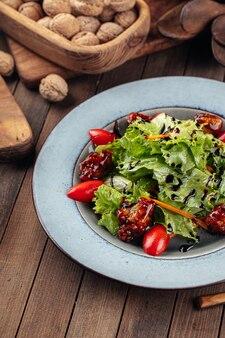 Salade de laitue et canard frit