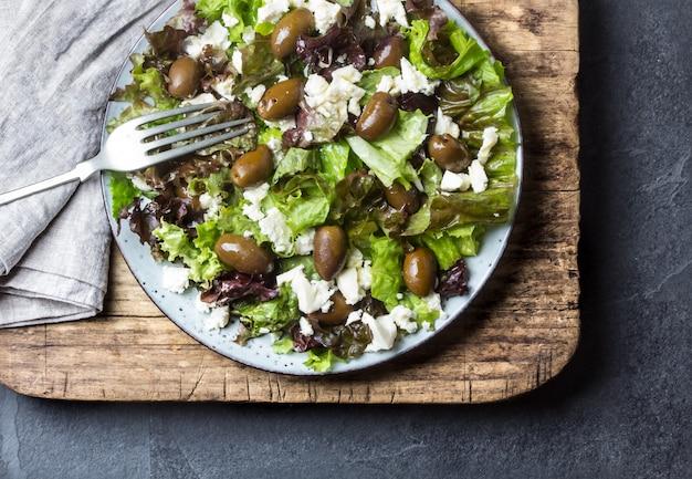 Salade de laitue à la feta et aux olives. vue de dessus