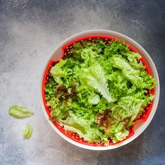 Salade de laitue fraîche dans un bol