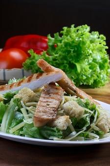 Salade de laitue morceaux de pain et poitrine de poulet grillée